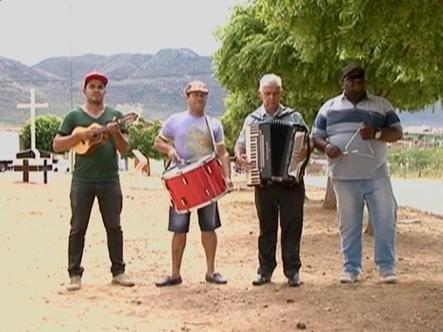 Entrevistado se reuniu com músicos especialmente para reportagem (Foto: Reprodução/ TV Asa Branca)