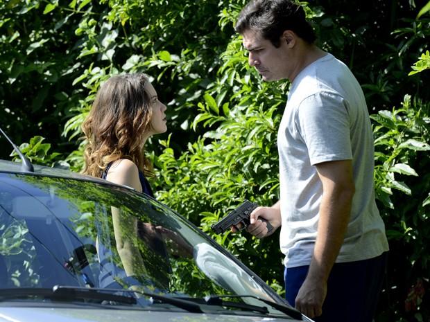 Marcos aponta arma para Laura (Foto: Ellen Soares/ Gshow)