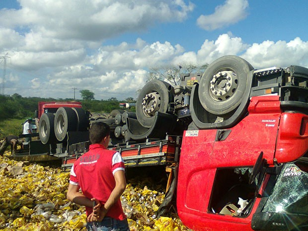 Toda a carga de cerveja do caminhão foi saqueada por moradores da região (Foto: Leandro Alves/Portalbahianews.com)