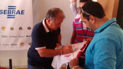 Zico dá autógrafos a jornalistas após entrevista coletiva (Foto: Hélder Rafael)