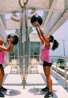 Giulia Costa mostra pernas saradas durante atividade física