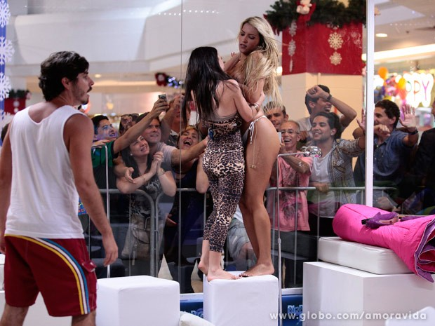 Valdirene e Ellen acabam brigando (Foto: Pedro Curi/TV Globo)