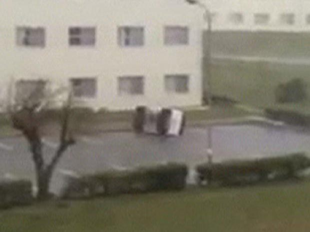 Carro é arrastado por tufão no Japão (Foto: BBC)