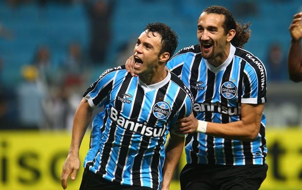 Kleber e Barcos comemoram gol do Grêmio contra a Portuguesa (Foto: Lucas Uebel/Divulgação, Grêmio)