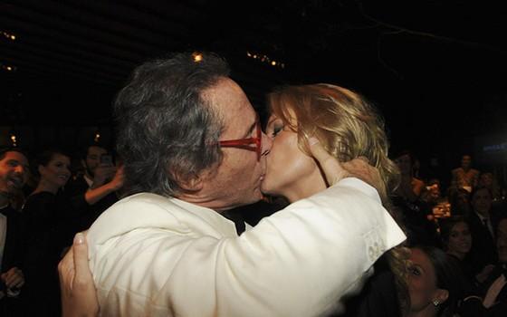 O beijo que o empresário Luiz Osvaldo Pastore ganhou de Kate Moss, em 2013, entrou para a história do amfAR  (Foto: Reprodução)