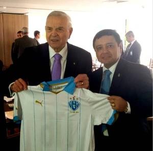 Alberto Maia presenteou Marin com uma camisa do Paysandu (Foto: Divulgação/Instagram/Paysanduoficial)
