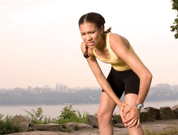 Corredora com dor no joelho (Foto: Getty Images)