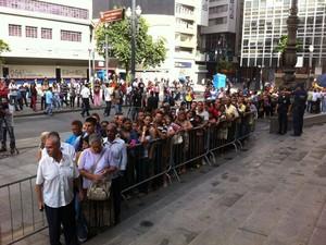 Admiradores de Paulo Goulart comparecem ao Theatro Municipal de São Paulo para se despedir do ator (Foto: Letícia Mendes/G1)