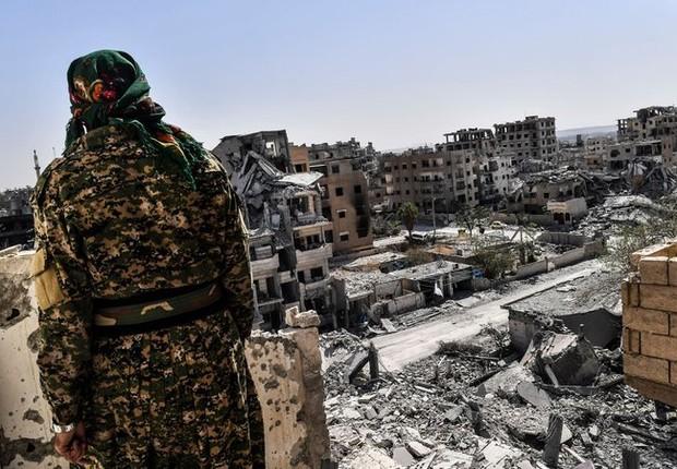 Integrante das forças sírias que tentam expulsar o Estado Islâmico de Raqqa (Foto: RTE)