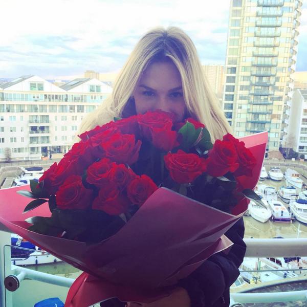 Fiorella Mattheis recebe buquê de rosas de Alexandre Pato no aniversário
