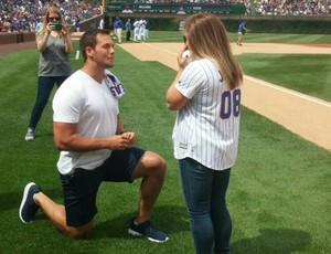 Andrew East pede Shawn Johnson em casamento antes de jogo de beisebol (Foto: Reprodução/Twitter)