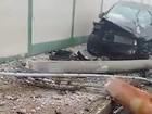 Carro em alta velocidade bate contra poste e muro de mercado em Limeira