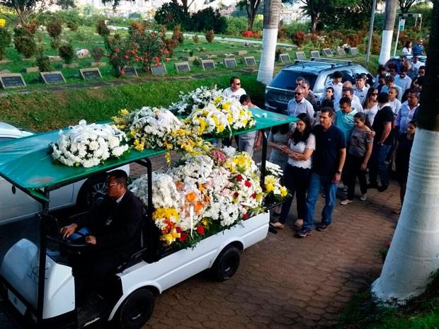Corpo de estudante morta em assalto é cremado em cemitério de Salvador (Foto: Jony Torres/TV Bahia)