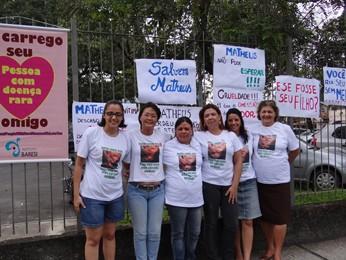 Grupo colocou cartazes em frente ao prédio da Secretaria de Saúde (Foto: Katherine Coutinho/ G1)