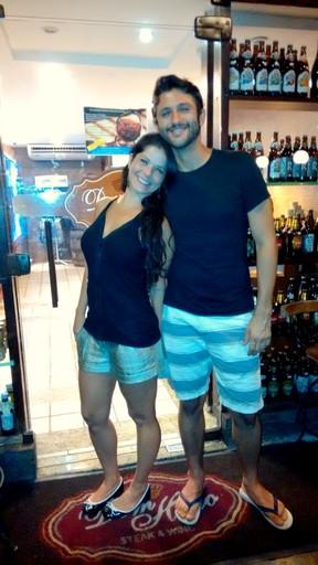 Samara Felippo e o namorado em restaurante na Zona Oeste do Rio (Foto: Delson Silva/ Ag. News)