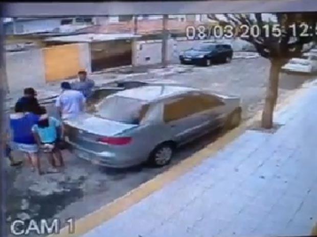 Câmeras flagraram momento do assalto (Foto: Reprodução/Facebook)
