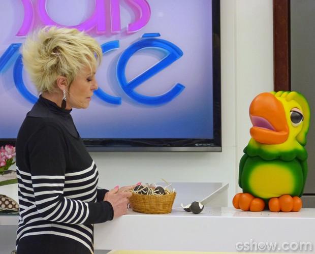 Louro José brinca com Ana e mostra ovos pintados com tinta preta (Foto: Mais Você/TV Globo)
