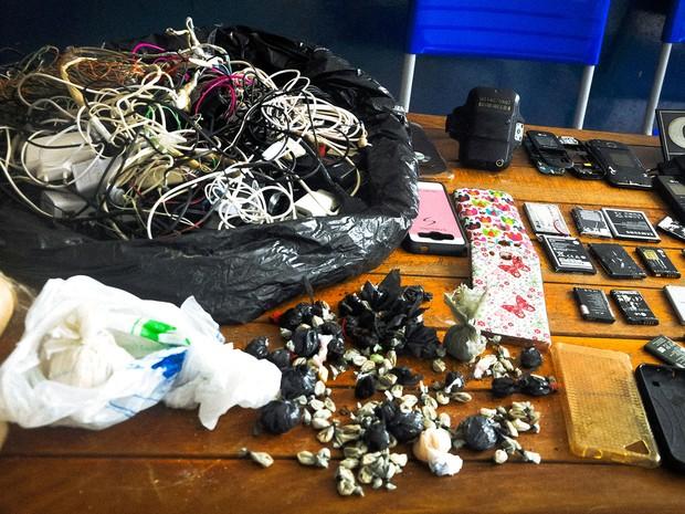 Revista na unidade encontrou diversos celulares, chips e porções de droga (Foto: Sejudh-MT)