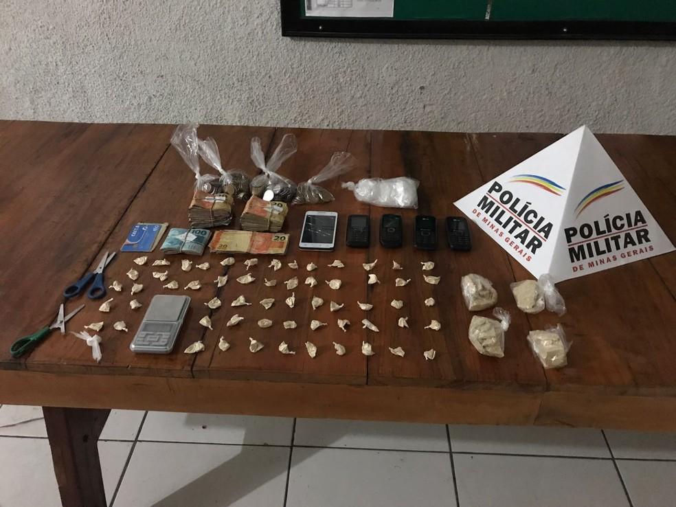 Homem foi preso com aproximadamente R$ 5 mil e 60 papelotes de cocaína após perseguição no Bairro Edgard Pereira (Foto: Polícia Militar/Divulgação)