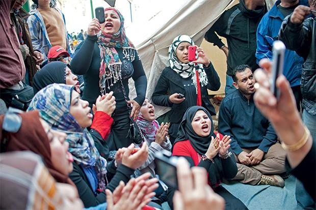 Protestos da  Praça Tahrir | 2011 Na primeira manifestação contra o presidente Hosni Mubarak, em janeiro, a Praça Tahrir, no Cairo, recebeu 15 mil pessoas. Uma semana depois, graças à convocação via redes sociais, 2 milhões de egípcios estavam nas ruas para protestar. Mubarak renunciou em 11 de fevereiro, depois de 30 anos no poder. (Foto: Monique Jaques/Monique Jaques/Corbis)