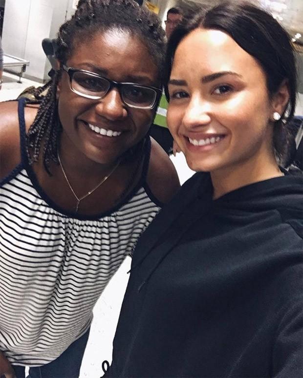 Demi Lovato posa com fã no Brasil (Foto: Reprodução/Twitter)