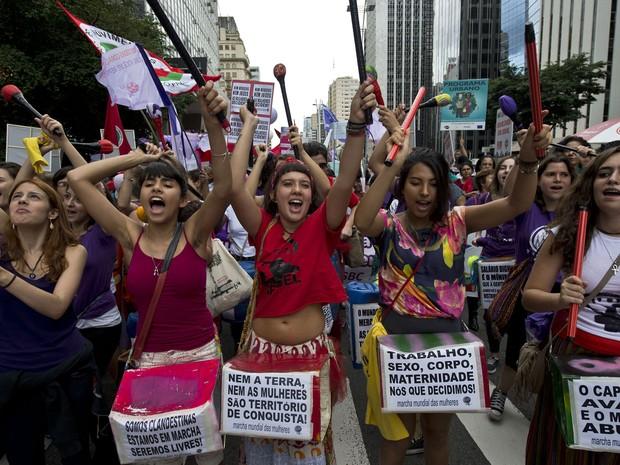 Centenas de mulheres marcham pela Avenida Paulista durante ato no Dia da Mulher (Foto: NELSON ALMEIDA / AFP PHOTO )