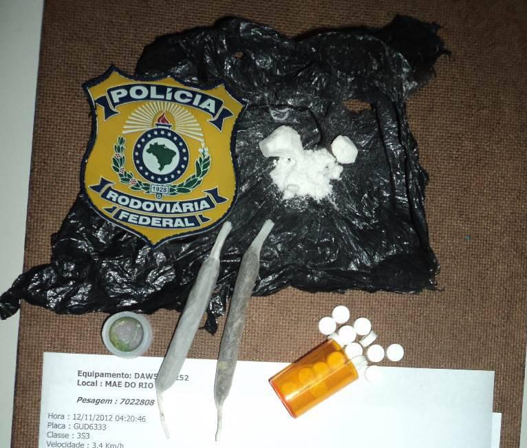Comprimidos de anfetaminas, maconha e cocaína foram apreendidos. (Foto: Divulgação/ PRF)
