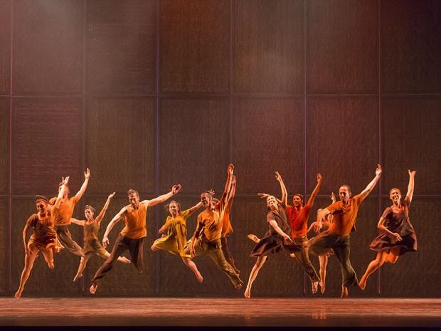 Espetáculo 'Entre o Céu e as Serras' é encenado no Teatro Santa Isabel (Foto: Guto Muniz / Divulgação)