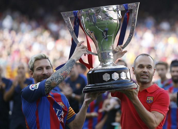 Messi Iniesta troféu Espanhol Barcelona (Foto: AP)