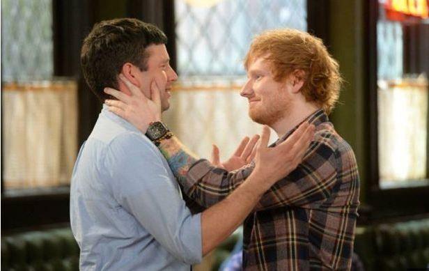 Ed Sheeran beija Brent Morin em programa de TV (Foto: Youtube / Reprodução)