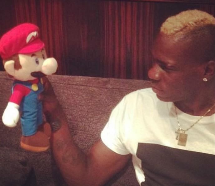 Balotelli posta foto com Super Mario Bros (Foto: Reprodução/Instagram)