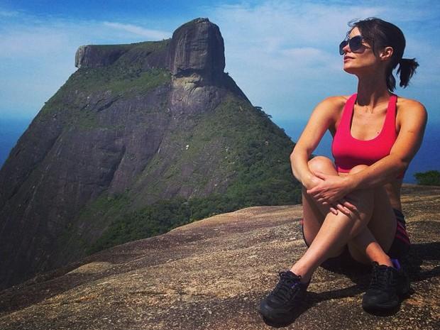 Enquanto não grava, atriz aproveita para apreciar a vista de cima da Pedra Bonita (Foto: Kelder Paiva)