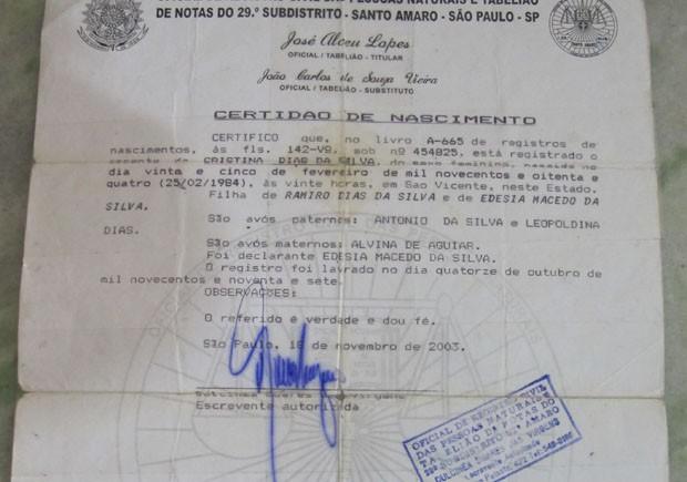 Certidão de nascimento de mulher de Praia Grande, SP (Foto: Mariane Rossi/G1)