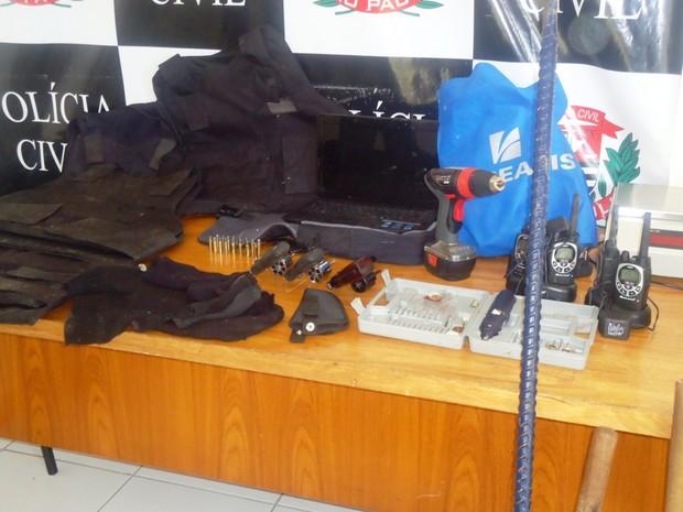 GCM apreende armas e equipamentos roubados por quadrilha (Foto: Divulgação/GCM de Rio Claro)