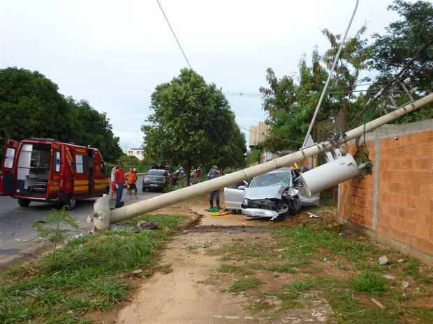 Poste ficou pendura pela fiação (Foto: Divulgação / Corpo de Bombeiros)