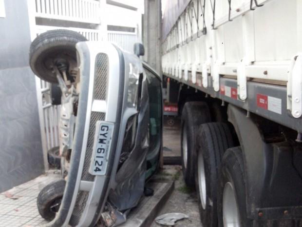 Carreta bateu em carro e em seguida em atingiu uma casa (Foto: Douglans Santos/Divulgação)