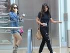 Antonia Morais mostra estilo com jeans destroyed em shopping