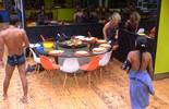 Brothers imitam Ana Maria Braga e passam por baixo da mesa durante almoço