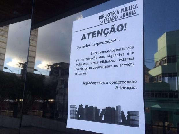 Comunicado na porta da biblioteca diz motivo do fechamento da unidade (Foto: Juliana Almirante/G1)