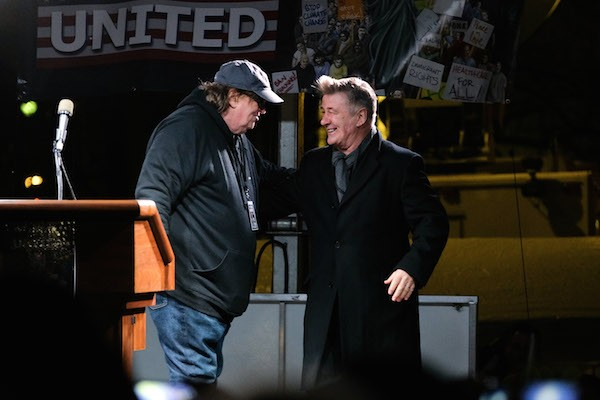 Alec Baldwin com o cineasta Michael Moore (Foto: Getty Images)