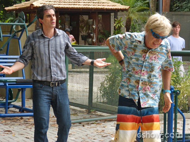 Aberlardo finge acreditar na história de Veloso (Foto: Malhação / TV Globo)