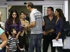 Nanda Costa e Carolina Dieckmann gravam em aeroporto do Rio