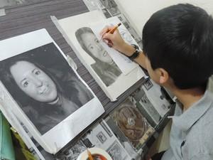 Garoto quer terminar desenho da professora e 'partir' ao colorido (Foto: Caio Gomes Silveira/ G1)