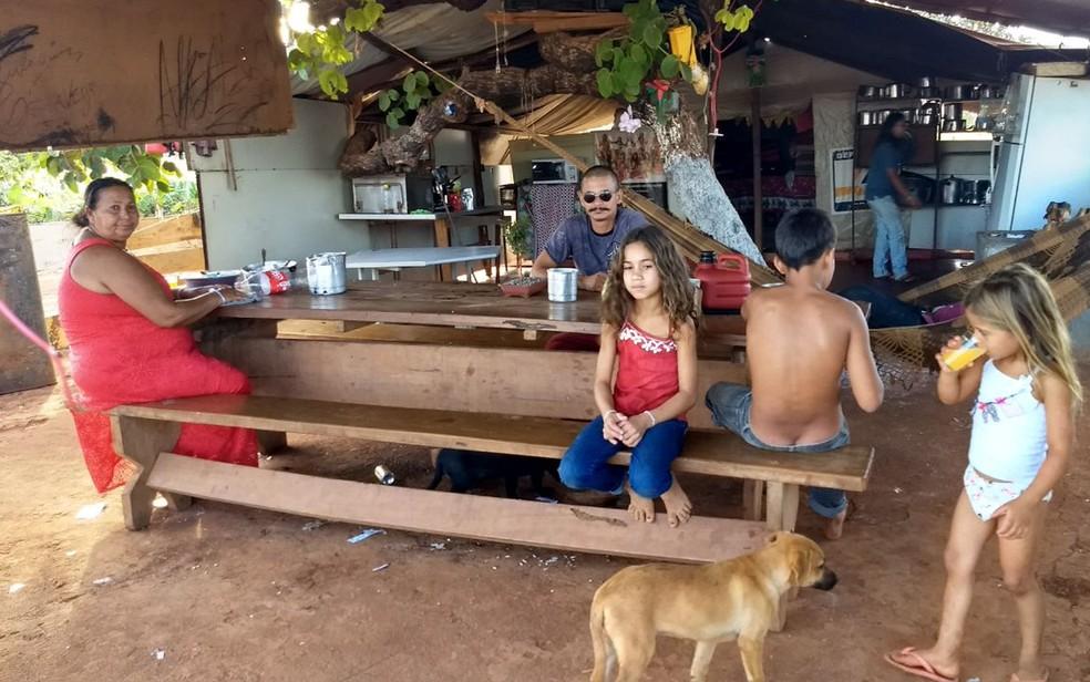 Acampamento onde moram 15 famílias ciganas no DF (Foto: Marília Marques/G1)