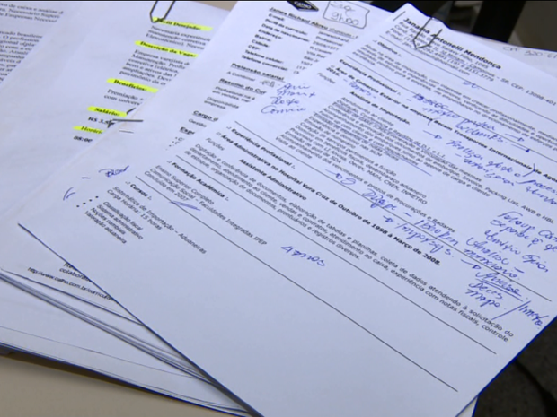 O currículo de papel ainda é adotado por muitas pessoas que estão em busca de emprego (Foto: Reprodução/EPTV)
