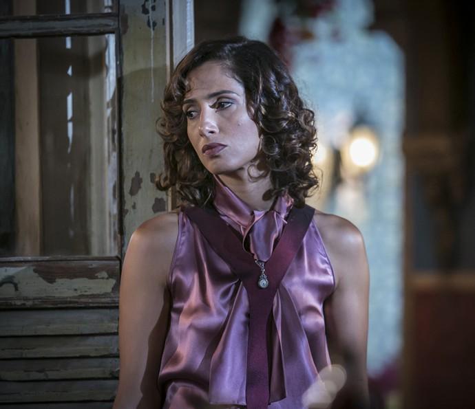 Tereza confessa que está envolvida novamente com Santo (Foto: Raphael Dias/Gshow)