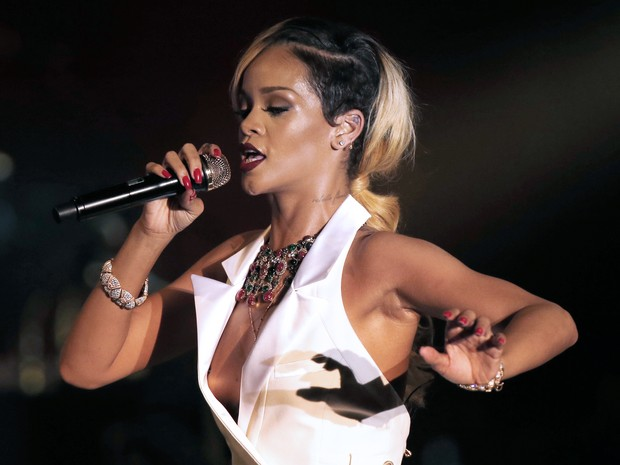 Rihanna se apresenta em Mônaco (Foto: AFP)