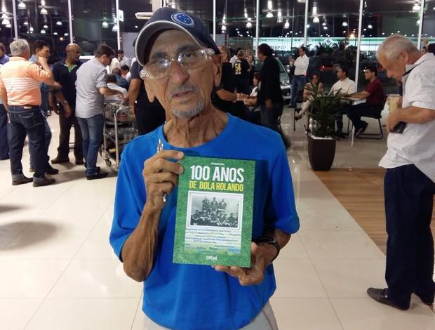 """BLOG: Jornalista autografa livro """"100 anos de bola rolando"""" em Natal"""