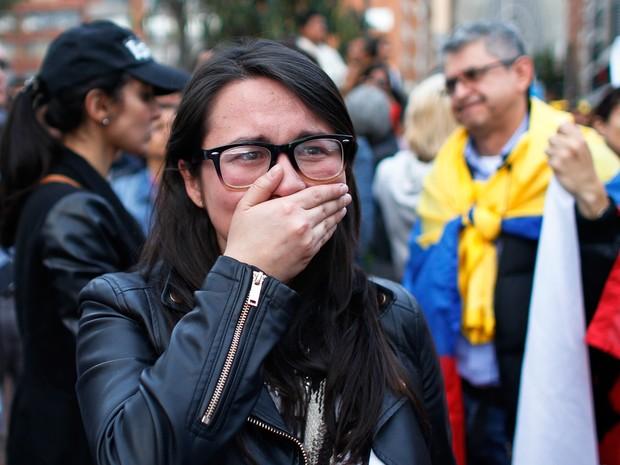 Simpatizante de acordo de paz entre governo colombiano e a guerrilha Farc chora após resultado negativo de plebiscito (Foto: Ariana Cubillos/ AP)