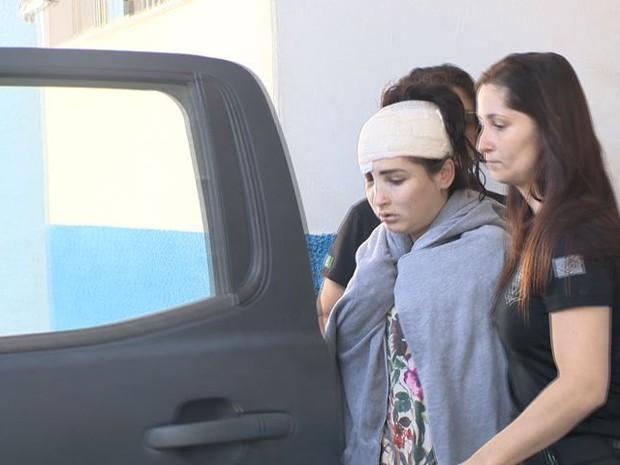 Jovem que dirigia veículo que caiu no rio Jucu foi presa no Espírito Santo (Foto: Reprodução/ TV Gazeta)